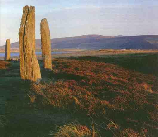 """Aufrecht trotzten sie jahrtausendelang den Unbilden der Natur: Die Steine des """"Ring of Brodgar"""" stehen seit rund 4500 Jahren auf der Hauptinsel der Orkneys. Sie bilden einen der größten Steinkreise Britanniens. Ganz in der Nähe graben Archäologen ein Zentrum mit tempelartigen Monumentalbauten aus. Die Funde zeigen: In der Jungsteinzeit entwickelte sich hier, am nördlichsten Zipfel Schottlands, eine einflussreiche Kultur."""